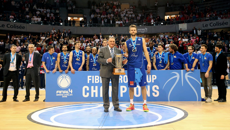 FIBA Europe Vice-President Cyriel Coomans presents Danilo Barthel with the champions' trophy